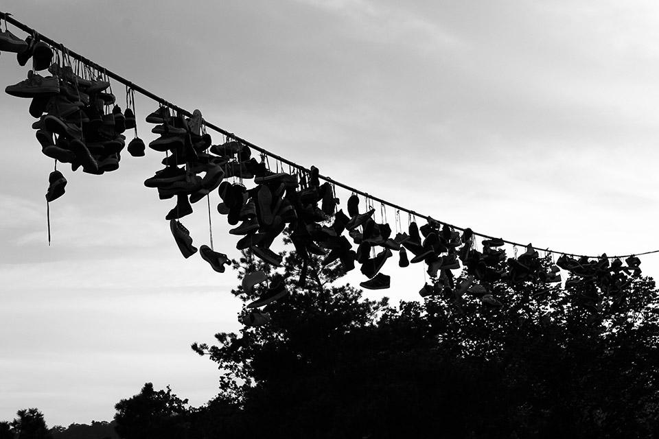 Schuhe am Kabel